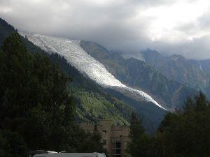 Der Mont Blanc Gletscher züngelt sich bis fast nach Chamonix    hinab